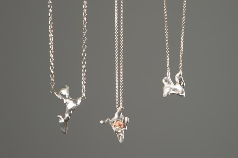 Marguerite-Sitthy-colliers-pendentifs-aleamorphes-argent