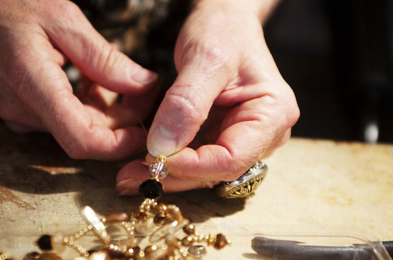 Quartier-des-Arts-Blois-Natalie-Beauhaire-creatrice-bijoux-enfilage-perles